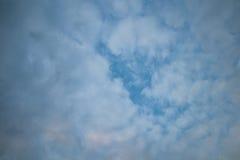 Molnig himmel i afton Arkivfoton
