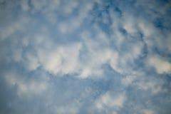 Molnig himmel i afton Arkivbild