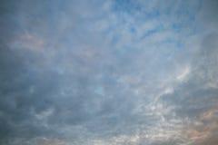 Molnig himmel i afton Fotografering för Bildbyråer