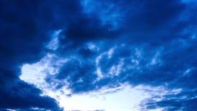 Molnig himmel i aftonen arkivfilmer
