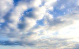 Molnig himmel i det Andaman havet i vintersäsong arkivbilder