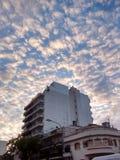 Molnig himmel i staden på morgonen royaltyfri fotografi