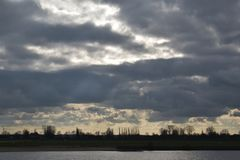 Molnig himmel i Tyskland fotografering för bildbyråer