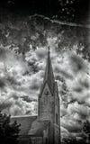 Molnig himmel, kyrklig kyrktorn på den 35mm filmen arkivbild