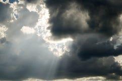 Molnig himmel med regn arkivbilder