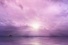 Molnig himmel med solen över havet Arkivbilder