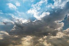 Molnig himmel och blått gör klar himmelmoln och sunburst- eller solstrålen på Royaltyfri Bild