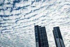Molnig himmel och byggnad, blå himmel, landskap, azur royaltyfri foto