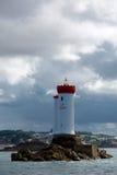 Molnig himmel och fyren av La Croix Arkivfoto