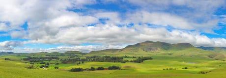 Molnig himmel och gräsplan betar royaltyfria bilder