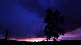 Molnig himmel och måne på natten arkivfilmer