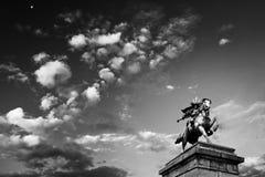 Molnig himmel och staty av Kusunoki Masashige, imperialistisk slott in royaltyfri bild