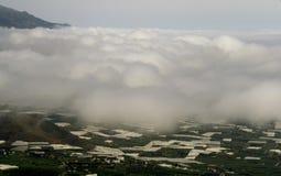 Molnig himmel ovanför banankolonierna av la Palma royaltyfri bild
