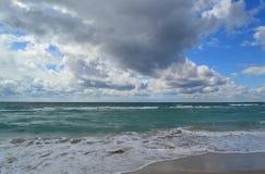 Molnig himmel ovanför den Black Sea stranden arkivbilder