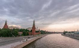 Molnig himmel ovanför den Moskow Kreml och floden Royaltyfria Foton
