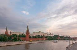 Molnig himmel ovanför den Moskow Kreml och floden Royaltyfri Foto