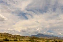 Molnig himmel ovanför ett berg Royaltyfria Foton