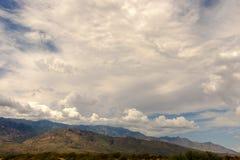 Molnig himmel ovanför ett berg Royaltyfria Bilder