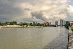 Molnig himmel på den Pasig floden, Manila royaltyfria foton