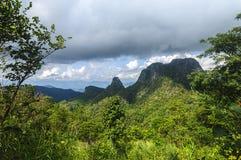 Molnig himmel på det Doi Luang Chiang Dao berget på det Chiang Mai landskapet, Thailand Arkivbilder