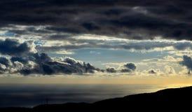 Molnig himmel på gryning på havet Fotografering för Bildbyråer