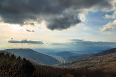 Molnig himmel på italienska berg Royaltyfria Foton
