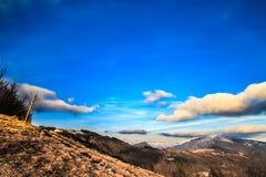 Molnig himmel på italienska berg Royaltyfri Bild