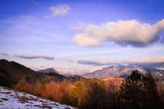 Molnig himmel på italienska berg Arkivfoton