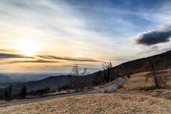 Molnig himmel på italienska berg Arkivbild