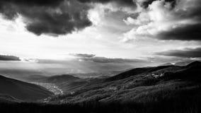 Molnig himmel på italienska berg Arkivbilder