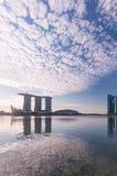 Molnig himmel på marinafjärden i Singapore royaltyfria foton