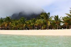 Molnig himmel på sjösidan Royaltyfri Fotografi