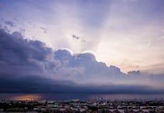 Molnig himmel på staden Arkivfoton