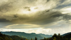 Molnig himmel så lågt på berget - på Mu Cang Chai, Yen Bai, Viet Nam Arkivfoton
