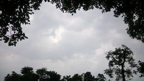 Molnig himmel ser mycket härlig arkivfoton