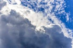 Molnig himmel som bildar texturer och lager royaltyfri foto