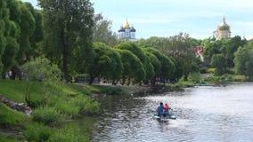 Molnig Juny dag på den Pskova floden pskov russia lager videofilmer