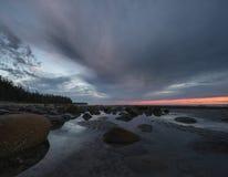 Molnig kust- solnedgång Royaltyfria Bilder