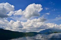 molnig lake arkivbilder
