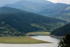 Molnig landskapsikt från sjön Bicaz i Rumänien arkivbild