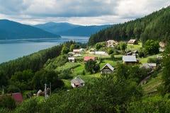 Molnig landskapsikt från sjön Bicaz i Rumänien royaltyfri foto