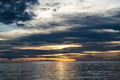 molnig liggandesolnedgång Arkivbild
