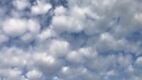 Molnig luft och blå himmel arkivfilmer