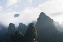 Molnig mörk bergskedja för limefruktsten arkivbild