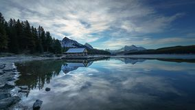 Molnig morgon i Maligne sjön, Jasper National Park alberta Kanada royaltyfri foto