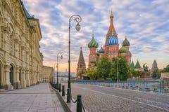 Molnig morgon i St-basilikas domkyrka i Moskva Arkivfoton