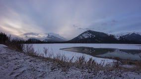 Molnig morgon på en halv fryst sjö lager videofilmer