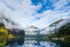 Molnig morgon på Geirangerfjord i Norge Arkivbild