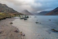 Molnig morgon på Wast vatten, sjöområde, UK Arkivbilder