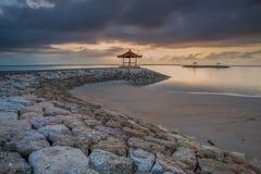 Molnig morgonsikt på Pantai Karang Sanur Bali, Indonesien arkivfoto